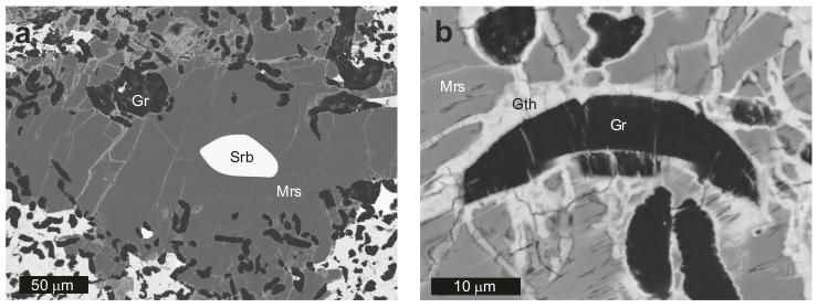 Obrazy elektronowe BSE: (a) Moraskoit (Mrs) z wrostkami grafitu (Gr) i schreibersytu (Srb); (b) Moraskoit przy większym powiększeniu, z zaznaczoną łupliwością; wrostki grafitu (Gr) oraz wtórne związki żelaza (Gth).