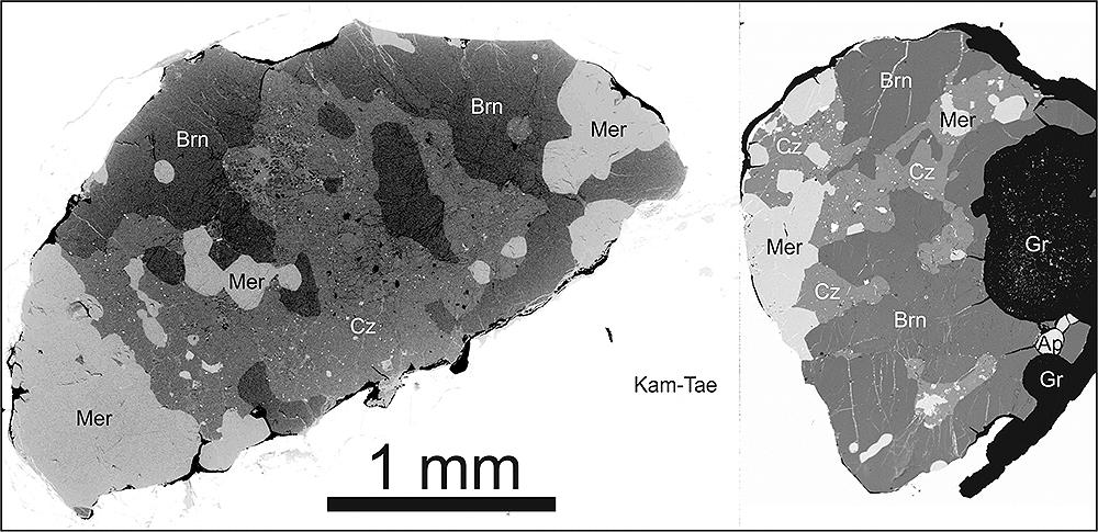 Wypolerowana płytka meteorytu Morasko z fragmentami noduli grafitowo-troilitowych (Gr = grafit) zawierająca cztery różne  fosforany: brianit (Brn), czochralskiit (Cz), merrilit (Mer) i fluorapatyt (Ap), obraz elektronowy BSE. Jasne tło zbudowane jest ze stopu Fe-Ni, kamacyt –taenit (Kam-Tae).